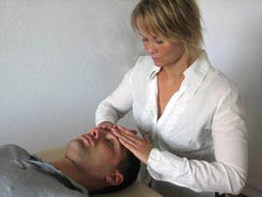 Behandlingen foregår med klienten liggende, afslappet, på briksen. Behandlingen sammensættes af blide tryk og træk på kraniet, rygsøjlen og bækkenet, og efter behov også andre steder på kroppen. Ofte kommer klienten i en dyb afslappet tilstand, der har en genopbyggende virkning.